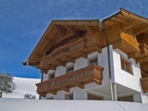 Holzbalkon und Fassadenverschalung aus Fichte und Lärche